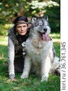 Forest dweller woman with a big Alaskan Malamute dog. Стоковое фото, фотограф Алексей Кузнецов / Фотобанк Лори