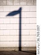 Ein markanter Laternenschatten auf einer gemauerten Wand. Стоковое фото, фотограф Zoonar.com/Bastian Kienitz / easy Fotostock / Фотобанк Лори