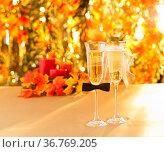 Champagner Gläser mit konzeptioneller heterosexueller Dekoration. Стоковое фото, фотограф Zoonar.com/Ulrich Schade / easy Fotostock / Фотобанк Лори
