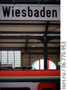 Wiesbaden, Deutschland - Oktober 15, 2017: Das Schild Wiesbaden Hauptbahnhof... Стоковое фото, фотограф Zoonar.com/Bastian Kienitz / age Fotostock / Фотобанк Лори