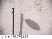 Ein senkrecht stehendes Verkehrszeichen wirft einen schrägen Schatten... Стоковое фото, фотограф Zoonar.com/Bastian Kienitz / easy Fotostock / Фотобанк Лори