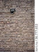 Eine alte nostalgische Mauer aus Ziegelsteinen mit einer Wandleuchte. Стоковое фото, фотограф Zoonar.com/Bastian Kienitz / easy Fotostock / Фотобанк Лори