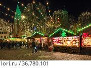 Фрайбург, Германия. Рождественский базар на Ратушной площади около церкви св. Мартина (2019 год). Редакционное фото, фотограф Михаил Марковский / Фотобанк Лори