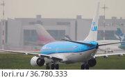 Commercial Passenger Airliner Taxiing. Редакционное видео, видеограф Игорь Жоров / Фотобанк Лори
