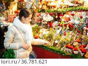 Attractive woman chooses christmas presents on outdoor Christmas market. Стоковое фото, фотограф Яков Филимонов / Фотобанк Лори