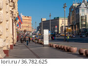 Moscow, Russia - Okt 15. 2021. Teatralny proezd one of main streets in city center (2000 год). Редакционное фото, фотограф Володина Ольга / Фотобанк Лори