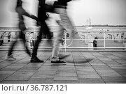 Eilige fussgänger auf der Promenade. Стоковое фото, фотограф Zoonar.com/THOMAS RIESS / age Fotostock / Фотобанк Лори