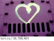 Ein gezeichnetes Herz auf der Metlloberfläche von Nietenstahl. Стоковое фото, фотограф Zoonar.com/Bastian Kienitz / easy Fotostock / Фотобанк Лори