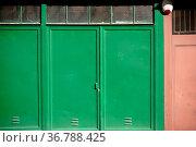 Ein aus Metall und Eisen bestehendes grünes und braunes alarmgesichertes... Стоковое фото, фотограф Zoonar.com/Bastian Kienitz / easy Fotostock / Фотобанк Лори