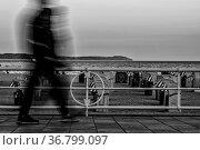 Spaziergänger auf der Strandpromenade von Travemünde. Стоковое фото, фотограф Zoonar.com/THOMAS RIESS / age Fotostock / Фотобанк Лори