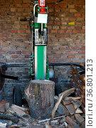 Die Vorderansicht eines stehenden hydraulischen Holzspalters. Стоковое фото, фотограф Zoonar.com/Bastian Kienitz / easy Fotostock / Фотобанк Лори