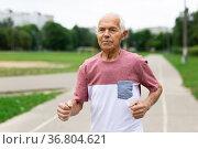 Senior man running through city park. Стоковое фото, фотограф Татьяна Яцевич / Фотобанк Лори