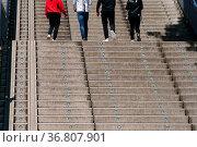 Die Beine und Füße einer Gruppe von Jugendlicher, welche eine Aussentreppe... Стоковое фото, фотограф Zoonar.com/Bastian Kienitz / easy Fotostock / Фотобанк Лори
