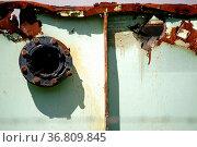 Die Seitenansicht einer alten verrosteten Metallcontainerwand mit... Стоковое фото, фотограф Zoonar.com/Bastian Kienitz / easy Fotostock / Фотобанк Лори