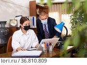 Business partners in protective masks discuss important issues. Стоковое фото, фотограф Яков Филимонов / Фотобанк Лори