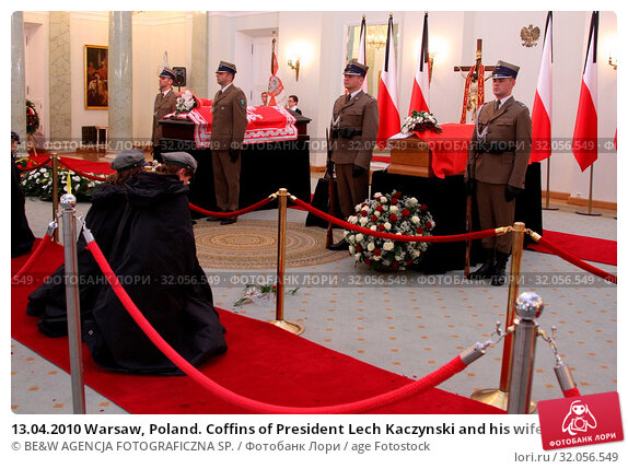 13.04.2010 Warsaw, Poland. Coffins of President Lech Kaczynski and his wife Maria in the Presidential Palace. Presidential couple died in the Smolensk crash in 2010. Редакционное фото, фотограф BE&W AGENCJA FOTOGRAFICZNA SP. / age Fotostock / Фотобанк Лори
