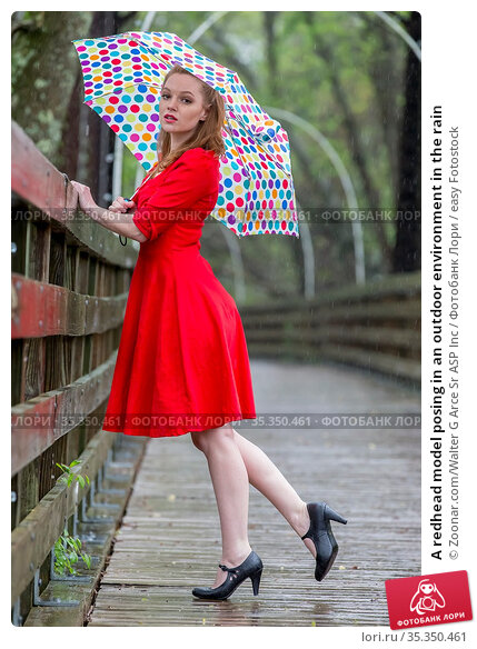 A redhead model posing in an outdoor environment in the rain. Стоковое фото, фотограф Zoonar.com/Walter G Arce Sr ASP Inc / easy Fotostock / Фотобанк Лори