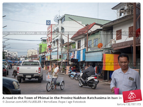 A road in the Town of Phimai in the Provinz Nakhon Ratchasima in Isan in Thailand. Thailand, Phimai, November, 2017. Стоковое фото, фотограф Zoonar.com/URS FLUEELER / age Fotostock / Фотобанк Лори