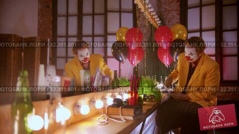 Купить «A tired crying man clown smoking in the dressing room after working - rips off his wig», видеоролик № 32391801, снято 19 ноября 2019 г. (c) Константин Шишкин / Фотобанк Лори