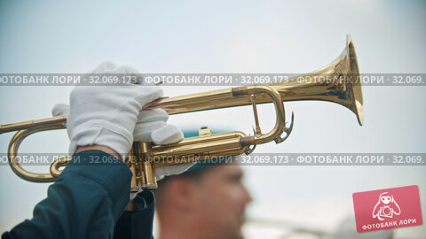 A wind instrument military parade - a man playing trumpet outdoors. Стоковое видео, видеограф Константин Шишкин / Фотобанк Лори