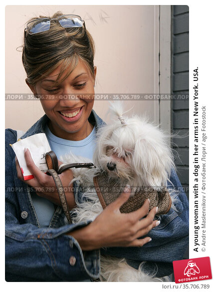 A young woman with a dog in her arms in New York. USA. (2005 год). Редакционное фото, фотограф Andre Maslennikov / age Fotostock / Фотобанк Лори