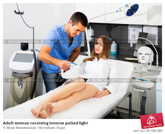 Adult woman receiving intense pulsed light. Стоковое фото, фотограф Яков Филимонов / Фотобанк Лори