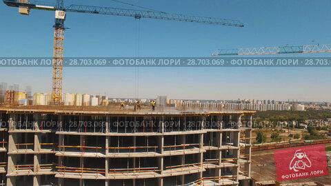 Купить «Aerial shot of workers in a construction, structure in the process to be build», видеоролик № 28703069, снято 24 мая 2018 г. (c) Ярослав Ковальчук / Фотобанк Лори
