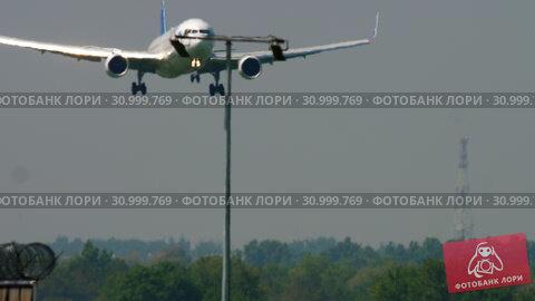 Купить «Air Astana Boeing 767 landing», видеоролик № 30999769, снято 4 мая 2019 г. (c) Игорь Жоров / Фотобанк Лори