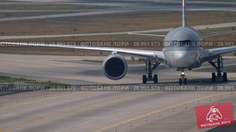 Купить «Airbus A350 taxiing after landing», видеоролик № 28991573, снято 19 июля 2017 г. (c) Игорь Жоров / Фотобанк Лори