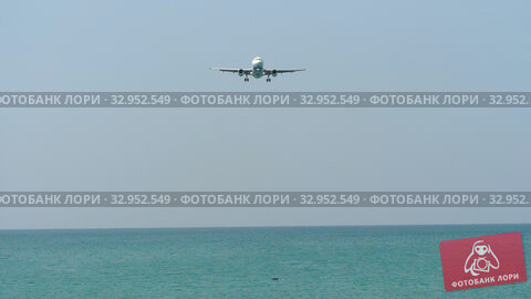 Airplane approaching over ocean. Стоковое видео, видеограф Игорь Жоров / Фотобанк Лори