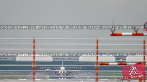 Купить «Airplane landing at wet weather», видеоролик № 29397729, снято 9 июля 2018 г. (c) Игорь Жоров / Фотобанк Лори