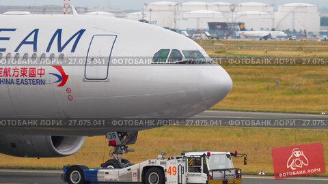 Купить «Airplane towing from service.», видеоролик № 27075041, снято 20 июля 2017 г. (c) Игорь Жоров / Фотобанк Лори