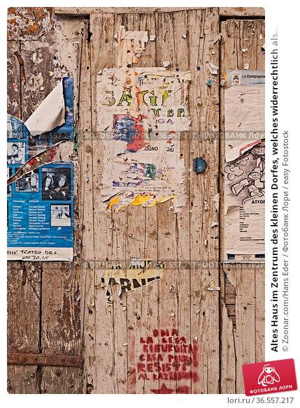 Altes Haus im Zentrum des kleinen Dorfes, welches widerrechtlich als... Стоковое фото, фотограф Zoonar.com/Hans Eder / easy Fotostock / Фотобанк Лори