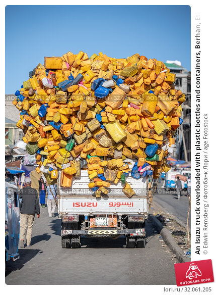 An Isuzu truck overloaded with plastic bottles and containers, Berhan, Ethiopia. Стоковое фото, фотограф Edwin Remsberg / age Fotostock / Фотобанк Лори