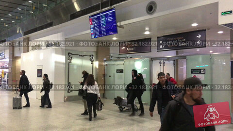 Купить «Arrived passengers come to arrival area of the Pulkovo International airport. New terminal serves citizens of St. Petersburg», видеоролик № 32182921, снято 2 апреля 2019 г. (c) Кекяляйнен Андрей / Фотобанк Лори