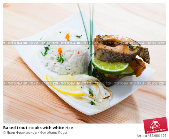 Baked trout steaks with white rice. Стоковое фото, фотограф Яков Филимонов / Фотобанк Лори