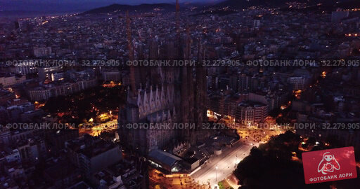 Купить «Basilica and Expiatory Church of the Holy Family by Gaudi at night from a drone. Sagrada Familia. Barcelona», видеоролик № 32279905, снято 12 июня 2019 г. (c) Яков Филимонов / Фотобанк Лори