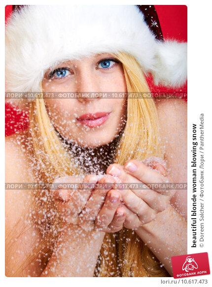 beautiful blonde woman blowing snow. Стоковое фото, фотограф Doreen Salcher / PantherMedia / Фотобанк Лори