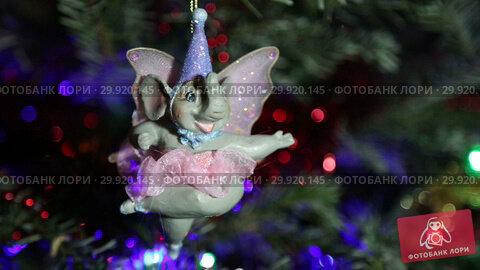 Купить «Beautiful christmas tree with decorative chritmas toys», видеоролик № 29920145, снято 11 февраля 2019 г. (c) Владимир Журавлев / Фотобанк Лори