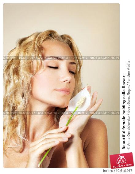Beautiful female holding calla flower . Стоковое фото, фотограф Anna Omelchenko / PantherMedia / Фотобанк Лори