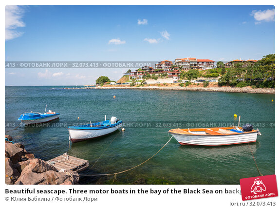 Beautiful seascape. Three motor boats in the bay of the Black Sea on background of sea promenade of Nessebar city, Bulgaria (2019 год). Стоковое фото, фотограф Юлия Бабкина / Фотобанк Лори