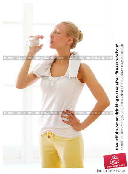 Beautiful woman drinking water after fitness workout. Стоковое фото, фотограф Zoonar.com/Sergejs Rahunoks / easy Fotostock / Фотобанк Лори