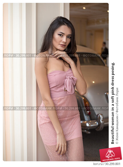 Купить «Beautiful woman in a soft pink dress posing.», фото № 30299801, снято 19 января 2019 г. (c) Женя Канашкин / Фотобанк Лори