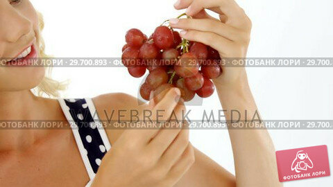 Купить «Beautiful woman looking at bunch of red grapes», видеоролик № 29700893, снято 19 декабря 2016 г. (c) Wavebreak Media / Фотобанк Лори