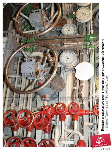 Белые и красные вентили внутри подводной лодки, эксклюзивное фото № 1373, снято 16 сентября 2005 г. (c) Ирина Терентьева / Фотобанк Лори