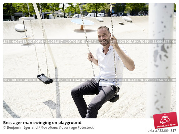 Best ager man swinging on playground. Стоковое фото, фотограф Benjamin Egerland / age Fotostock / Фотобанк Лори