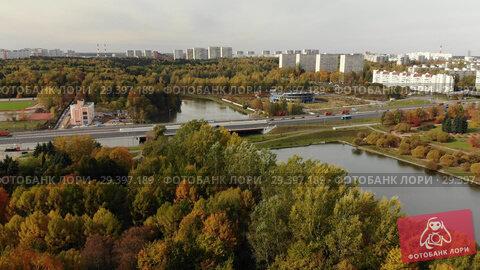 Купить «Big pond in Victory Park in autumn in Zelenograd of Moscow, Russia», видеоролик № 29397189, снято 22 апреля 2019 г. (c) Володина Ольга / Фотобанк Лори
