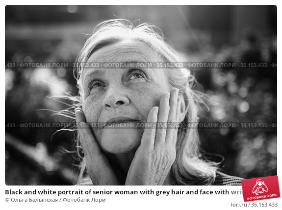 Black and white portrait of senior woman with grey hair and face with wrinkles outdoors relaxing at the park. Стоковое фото, фотограф Ольга Балынская / Фотобанк Лори