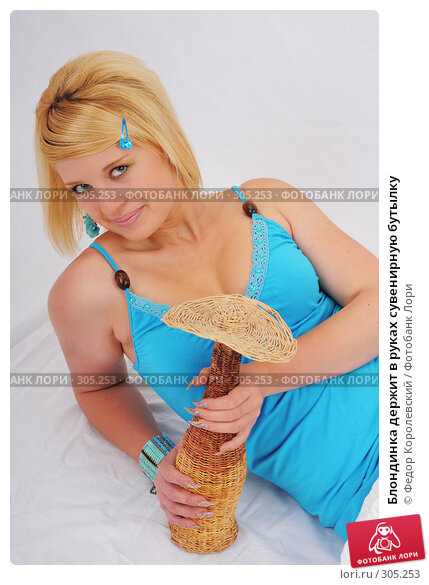Блондинка держит в руках сувенирную бутылку, фото № 305253, снято 30 мая 2008 г. (c) Федор Королевский / Фотобанк Лори