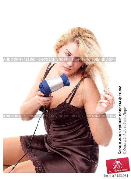 Блондинка сушит волосы феном, фото № 183961, снято 4 декабря 2007 г. (c) Ольга С. / Фотобанк Лори